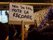 Pancarta la protest: Noi in frig, hotii la racoare!