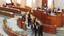 Senatorii USR protesteaza si intrerup sedinta de plen