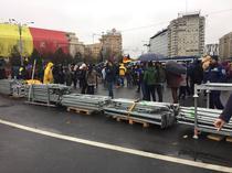 Schelele demontate de manifestanti