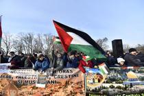 Reprezentanti ai comunitatii arabe si musulmane din Bucuresti protesteaza in fata Ambasadei SUA