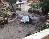 Masina prinsa de valul de noroi si bolovani, in California