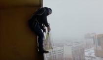 Rus sarind cu parasuta de la balcon