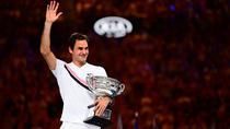 Roger Federer si trofeul de la Australian Open