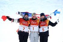 Jamie Anderson (centru), aur in proba feminina de slopestyle
