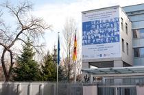 Banner la Ambasada Germaniei: foto Christian Kostyak