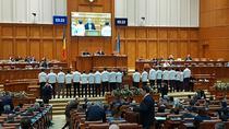 Deputatii USR, protest in plen la votul pe legile justitiei