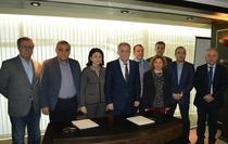 Seful Transgaz (mijloc) si reprezentantii constructorilor, la semnarea contractului