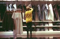 romancele cumpara mai multe haine