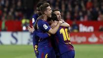 Lionel Messi, imbratisat de coechipieri