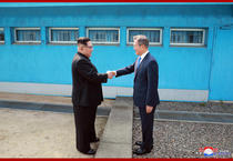 Kim Jong Un si Moon Jae In