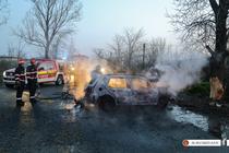 O masina s-a lovit de un copac si a luat foc