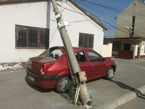 Stalp cazut peste o masina din Sibiu