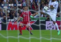 Marcelo atinge mingea cu mana