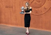 Simona Halep si trofeul de la Roland Garros (2)
