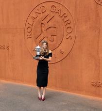 Simona Halep si trofeul de la Roland Garros (4)