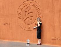 Simona Halep si trofeul de la Roland Garros (7)