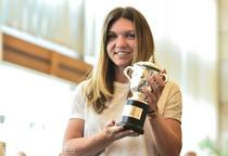 Simona Halep si replica trofeului cucerit la Roland Garros