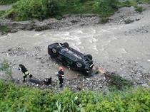 Masina cazuta in rau