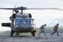 Militari americani coborand dintr-un elicopter Blackhawk