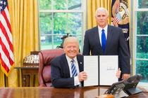 Donald Trump semneaza un ordin executiv