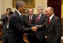 Poza in care Obama da mana cu Basescu