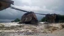 Pod de cale ferata prabusit in urma unei viituri