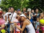 Mihaela Buzarnescu si publicul doritor de autografe (7)