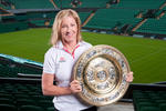 Chris Evert si trofeul de la Wimbledon