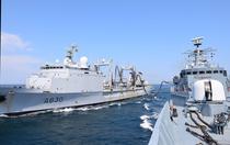 Aprovizionare pe mare cu combustibil - fregata Regele Ferdinand
