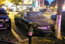Masina abandonata pe strada