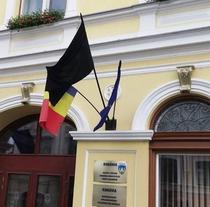 Steag negru arborat la Primaria Sfantu Gheorghe