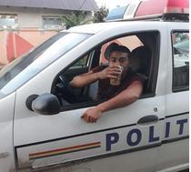 Tanar band bere in masina politiei