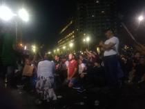 Protestatari, în genunchi