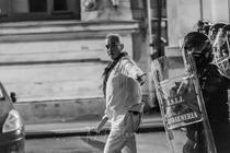 Barbatul in alb din Piata Victoriei