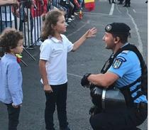 Jandarm discutand cu copiii la protest