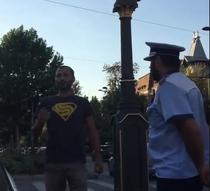 Soferul obligat sa dea jos steagul de pe masina