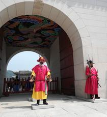 Garzi la intrarea in Palatul Gyeongbokgung