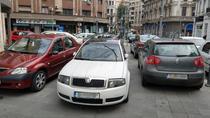 Masini parcate pe trotuar pe Calea Victoriei