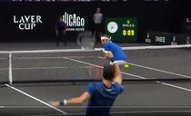 Federer, lovit de mingea lui Djokovic