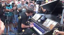 Pianistul Davide Martello, la protestul din Piata Victoriei
