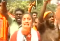 Jurnaliste atacate la intrarea intr-un templu din India