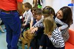 Copiii interactioneaza cu cainii de terapie