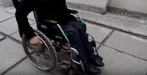 barbat in scaun cu rotile