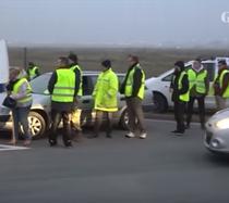 protestatari îmbrăcați cu veste galbene