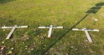 Crucile cu numele conducatorilor echipei Bologna