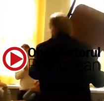 Profesor lovind cu scaunul un elev la o scoala din Ploiesti
