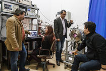 Echipa de cercetare care a lucrat la proiectul prafului interstelar artificial