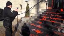 Vopsea rosie pe scarile Ministerului Justitiei