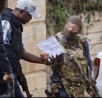 Militarul SAS (dreapta)
