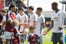 Copiii insotind jucatorii pe teren